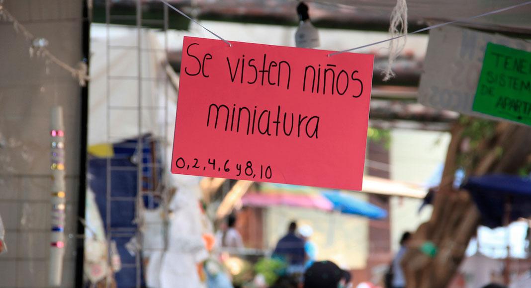 Ciudad de México y sus alrededores - Las personas creyentes visten a su niño Dios
