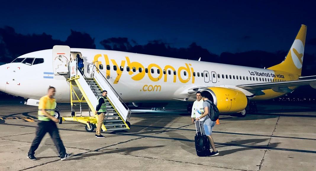 Caminando hacia el avión de Flybondi, aprovechamos para sacar unas fotos con el contraste del cielo
