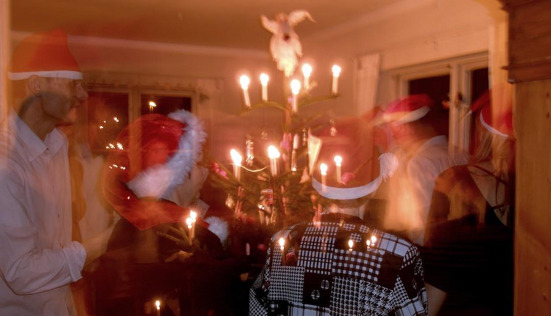 Bailando alrededor del árbol de navidad