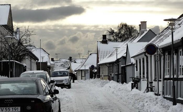 La ciudad de Ronne cubierta de nieve en Navidad