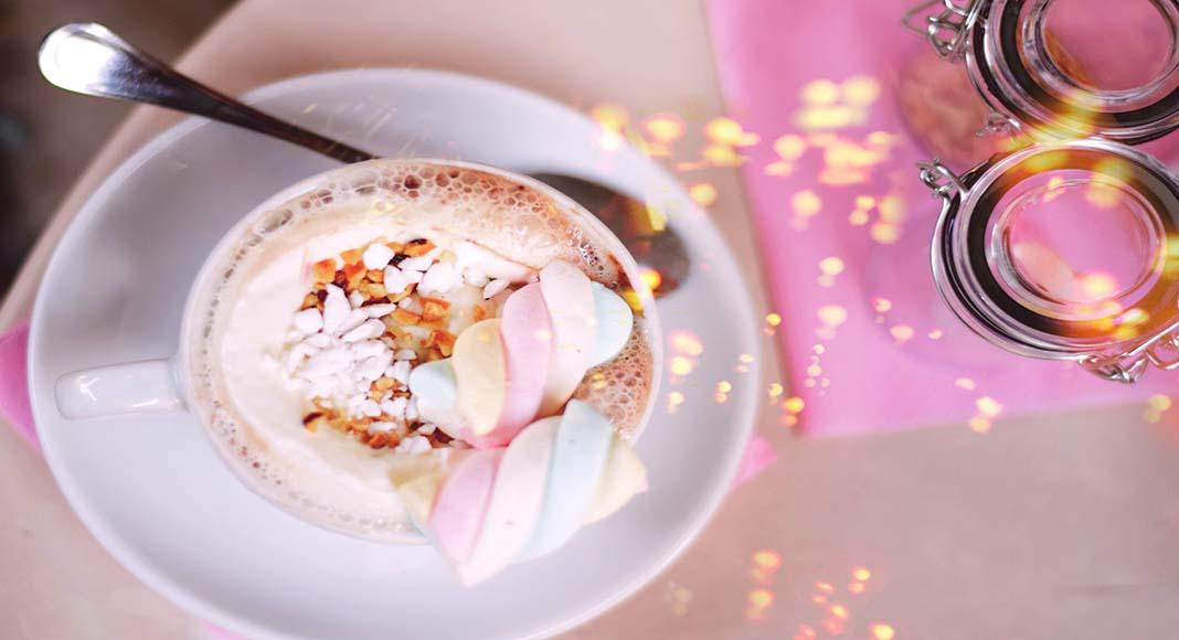 El chocolate caliente con malvaviscos es un imperdible durante el invierno en Nueva York.