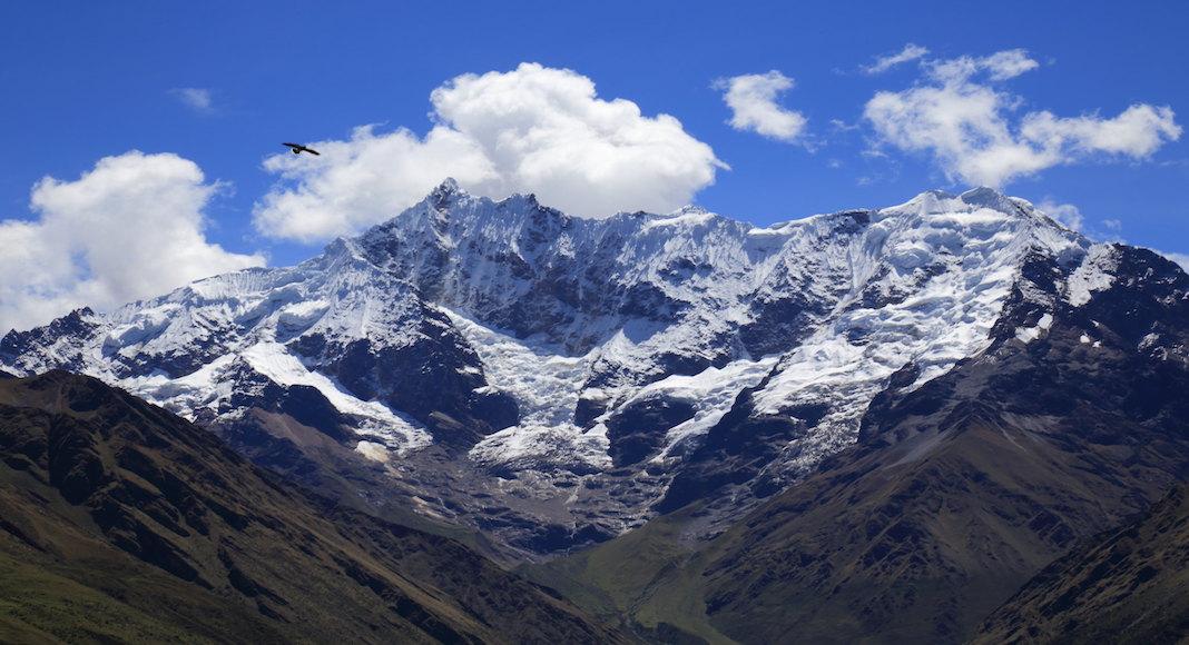 montañas nevadas al mediodía