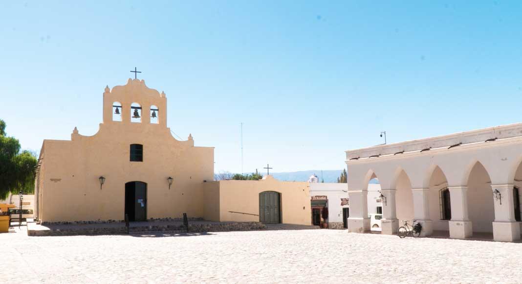 edificio típico colonial con arcadas