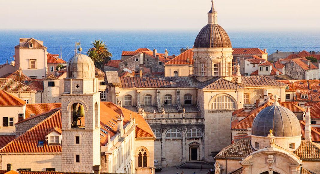 Imperdibles en Dubrovnik: Realizar un tour guiado a pie por el casco antiguo y sus murallas