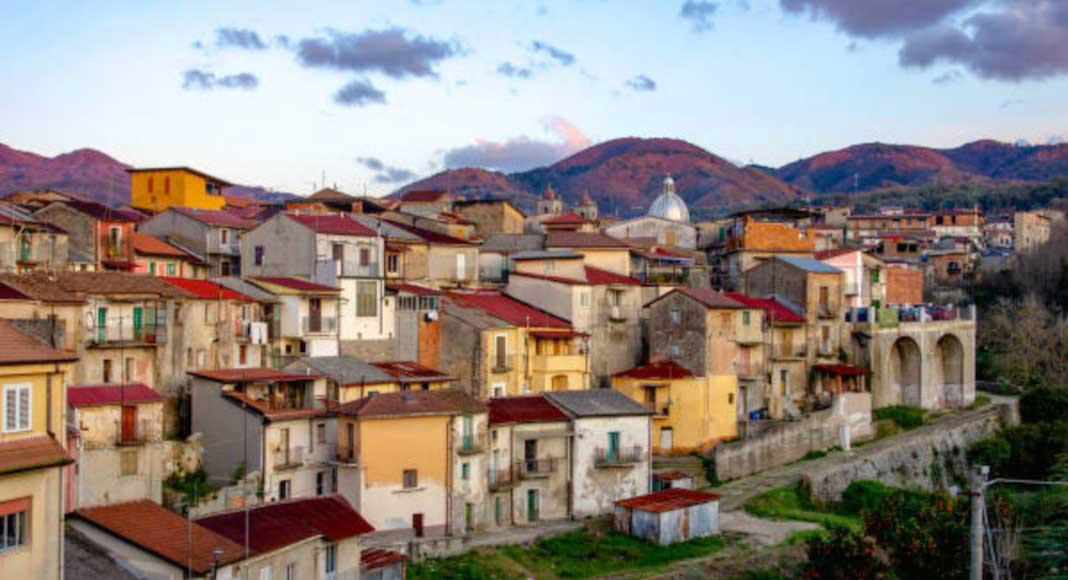 Pueblo italiano libre de Covid-19 vende casas a 1 euro