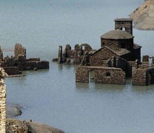 Pueblo italiano emerge del agua